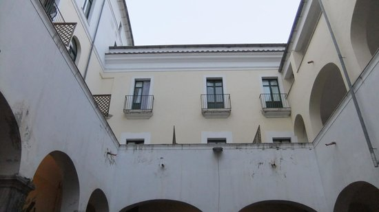 Hostel Salerno: Looking up at the rooms from the courtyard
