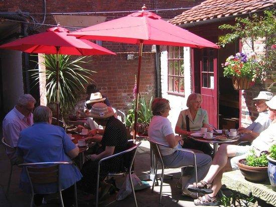 Sanders Yard Restaurant: outdoor seating