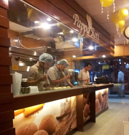 PappaRoti : Staff preparing the buns for baking right in front of you