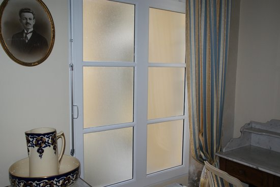 Hotel Tardif Noble Guesthouse: Windows with no view in the room