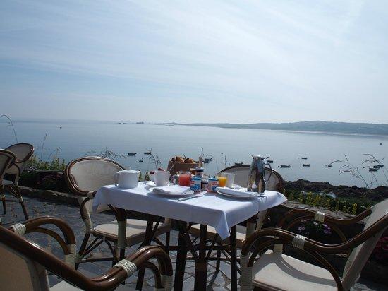 Hotel L'Erguillere : Petit déjeuner sur la terrasse