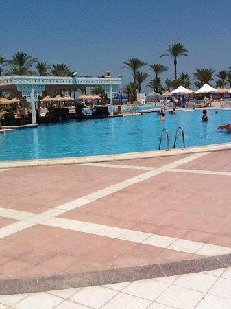The Grand Hotel Hurghada: Pool and swim-up bat