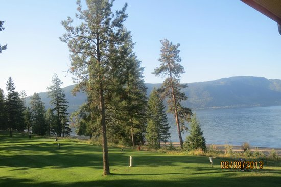 Quaaout Lodge & Spa at Talking Rock Golf Resort : 18th hole of the golf course runs along the beach