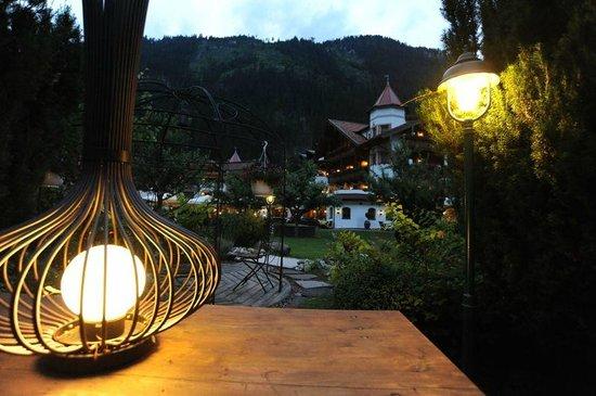 Hotel Edenlehen: Hotel garden at dusk