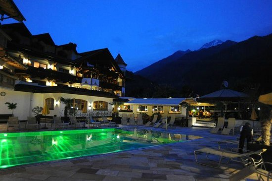 Hotel Edenlehen: Pool in green mode at dusk
