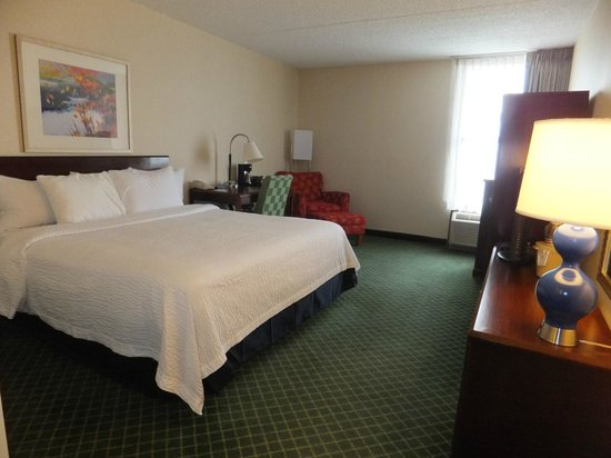 Fairfield Inn East Rutherford Meadowlands: View from door looking toward bed