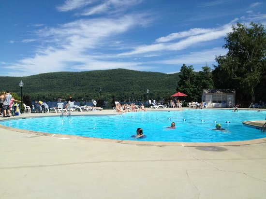 Fort William Henry Hotel and Conference Center : The pool - Overlooking lake george