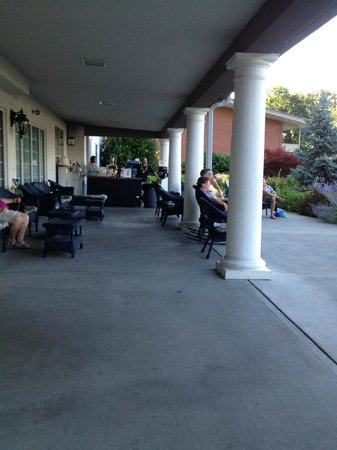 Fort William Henry Hotel and Conference Center: The Veranda - A great place to meet and relax. Wish I was there now.