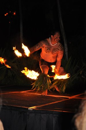 Kaanapali Sunset Luau at Black Rock: fire dancer