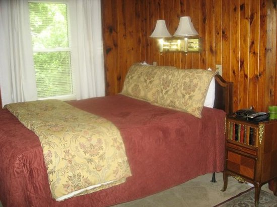 Mountainaire Inn and Log Cabins: Bed
