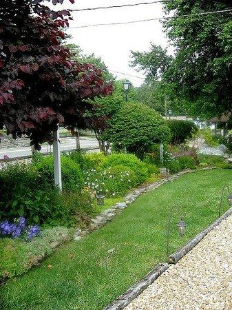 Mountainaire Inn and Log Cabins : Garden area