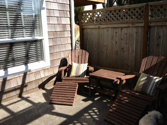 The Inn at Arch Cape : The wonderful and private fenced patio