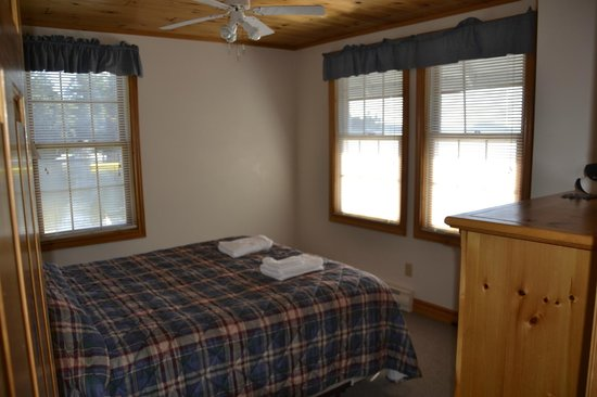 Port Cunnington Lodge & Resort: Bedroom with Queen - Views of Bay