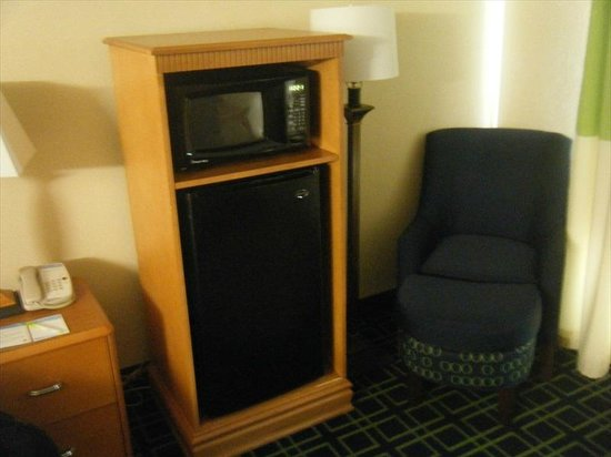 Fairfield Inn Seattle Sea-Tac Airport : Microwave and refrigerator