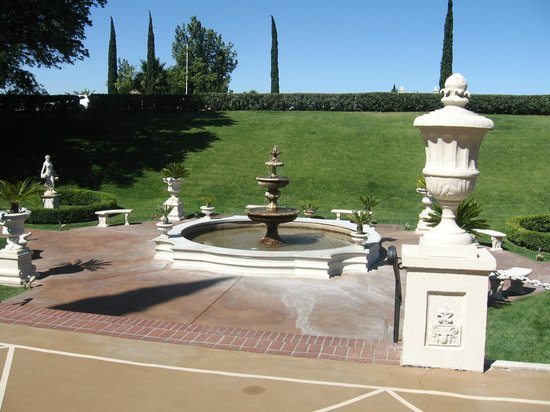 Grand Island Mansion: Front grounds