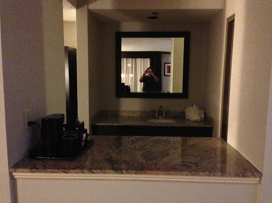 Holiday Inn Boston-Bunker Hill: Bar w/microwave and fridge, & Extra Vanity Area...