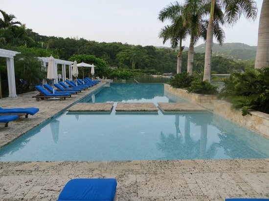 Round Hill Hotel & Villas : The Infinity Pool
