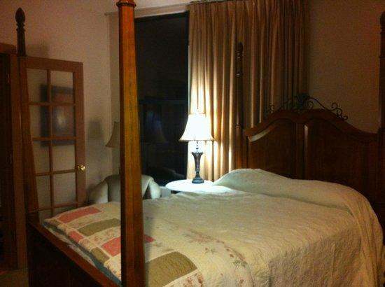 Hotel Denver : Queen 4 poster bed