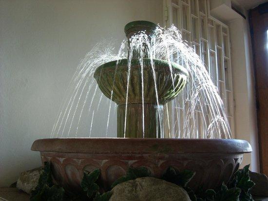 Hotel & Residence Royal Standard: De fontein bij de entree
