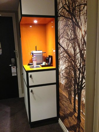DoubleTree by Hilton - London Hyde Park: Tea/Coffee Station - Nespresso machine
