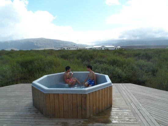 Hotel Grimsborgir: Deck/Hot tub