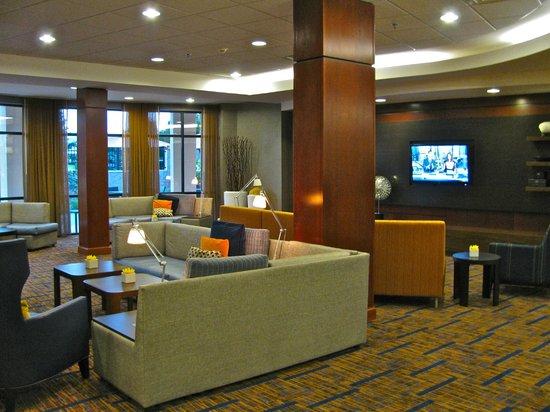 Courtyard Chicago Schaumburg: Sitting area off lobby