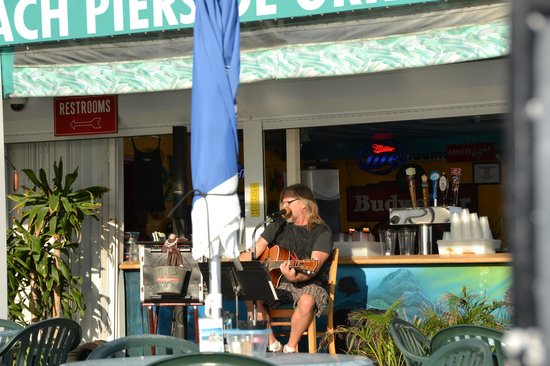 Pierside Grill and Famous Blowfish Bar: Live entertainment