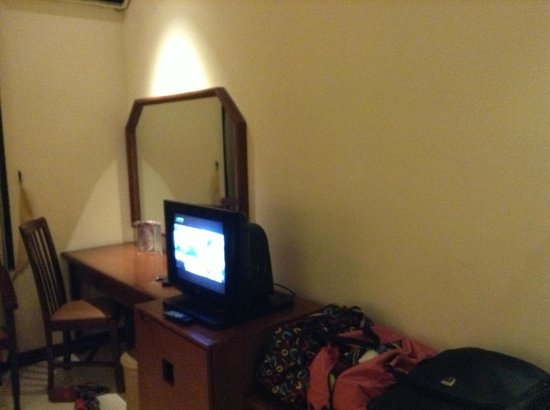 Hotel Baron Indah : tv biasa dan meja tulis