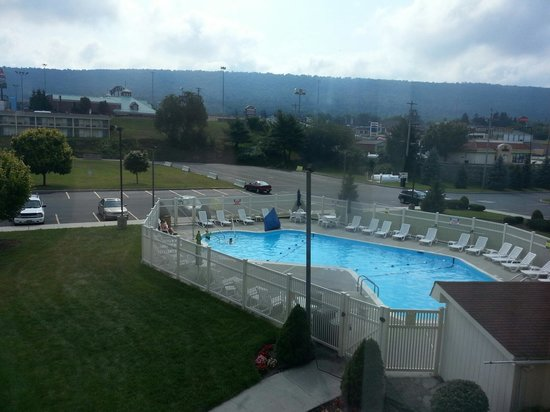 Holiday Inn Express Breezewood : pool view