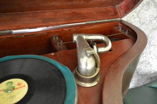 Yubari Rokumeikan: Old record player