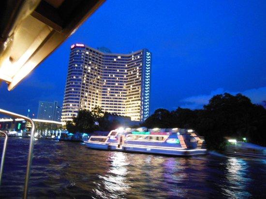 夜のシャトルボートから見た景色