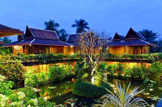 Angkor Village Hotel: Hotel Lotus pond at night