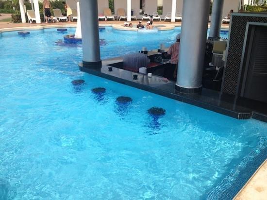 Hotel Riu Palace Bavaro: swim up Bar. Tequila for Days