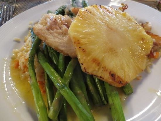 Breakers Restaurant & Bar: Pan seared snapper with grilled pineapple