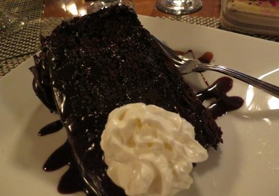 Breakers Restaurant & Bar: Fudgey, wudgey chocolate cake...Yummmm