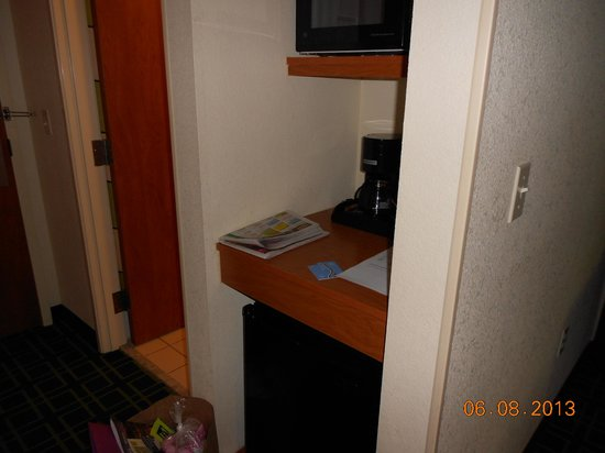 Fairfield Inn & Suites Bend Downtown: Refigerator and microwave area