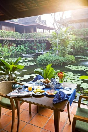 Angkor Village Hotel: Breakfast at l'Auberge des Temples by the pond