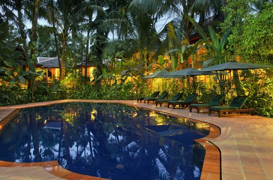 Angkor Village Hotel: Pool at night