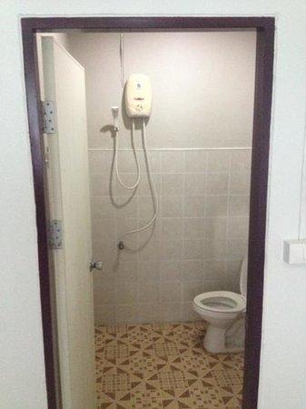 Infinity Guesthouse: basic clean bathroom.