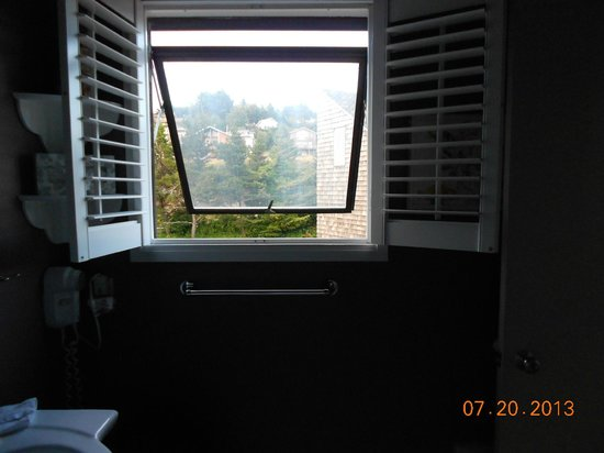 Embarcadero Resort Hotel : Bathroom window