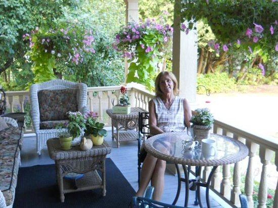 Wild Swan Bed & Breakfast Inn: Coffee on the porch