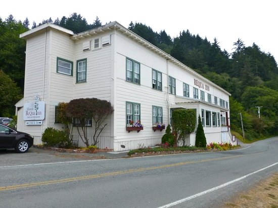 Historic Requa Inn: Exterior of the hotel - hotel overlooks the Klamath river