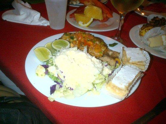 Isla Caribe Beach Hotel : Una de mis deliciosas cenas, y no pude resistir la tentación de poner 2 postrecitos en el plato.