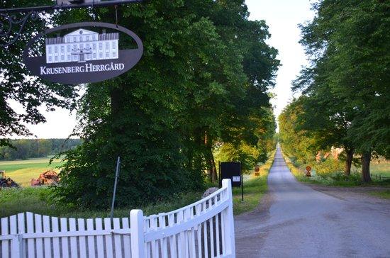 Krusenberg Herrgard: 街道から本館までのアプローチ
