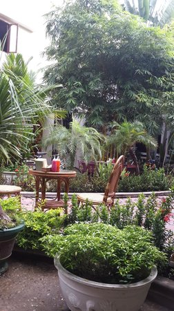 Mali Namphu Guest House : garden for breakfast