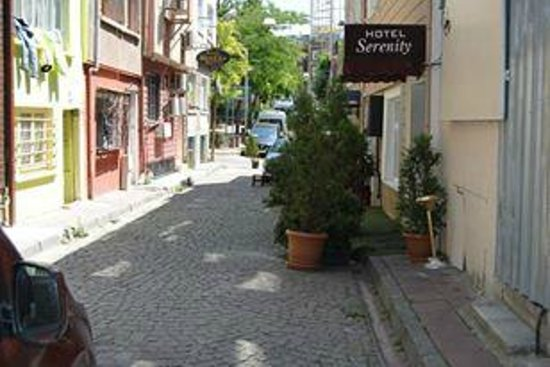 Serenity Hotel Istanbul: Street Entrance