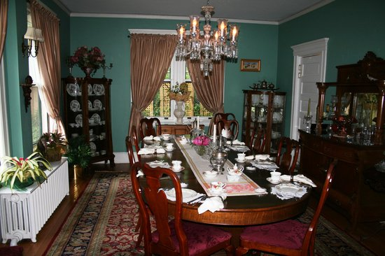 The Lion and The Rose Bed and Breakfast : Breakfast room