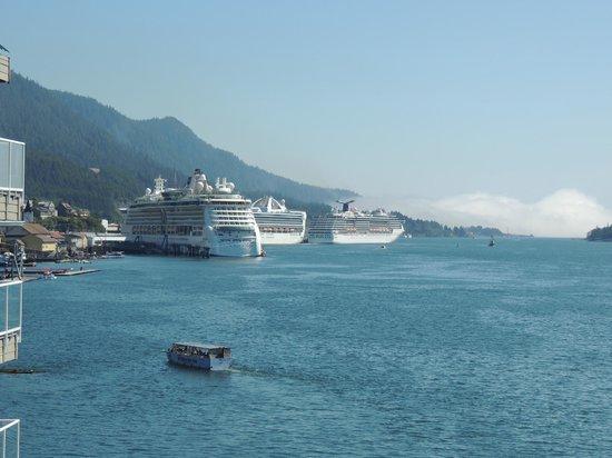 سوبر 8 موتيل كيتشيكان: Looking from the property towards the cruise docks in the harbor