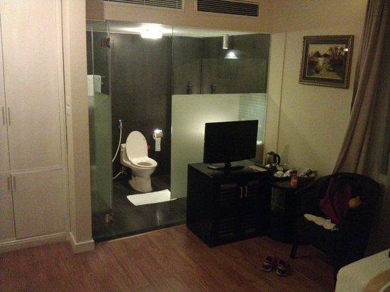 Cosiana Hotel Hanoi : Bathroom view with TV and wardrobe