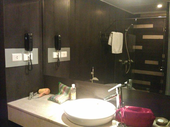 Cosiana Hotel Hanoi : Bathroom with separate shower section with glass doors